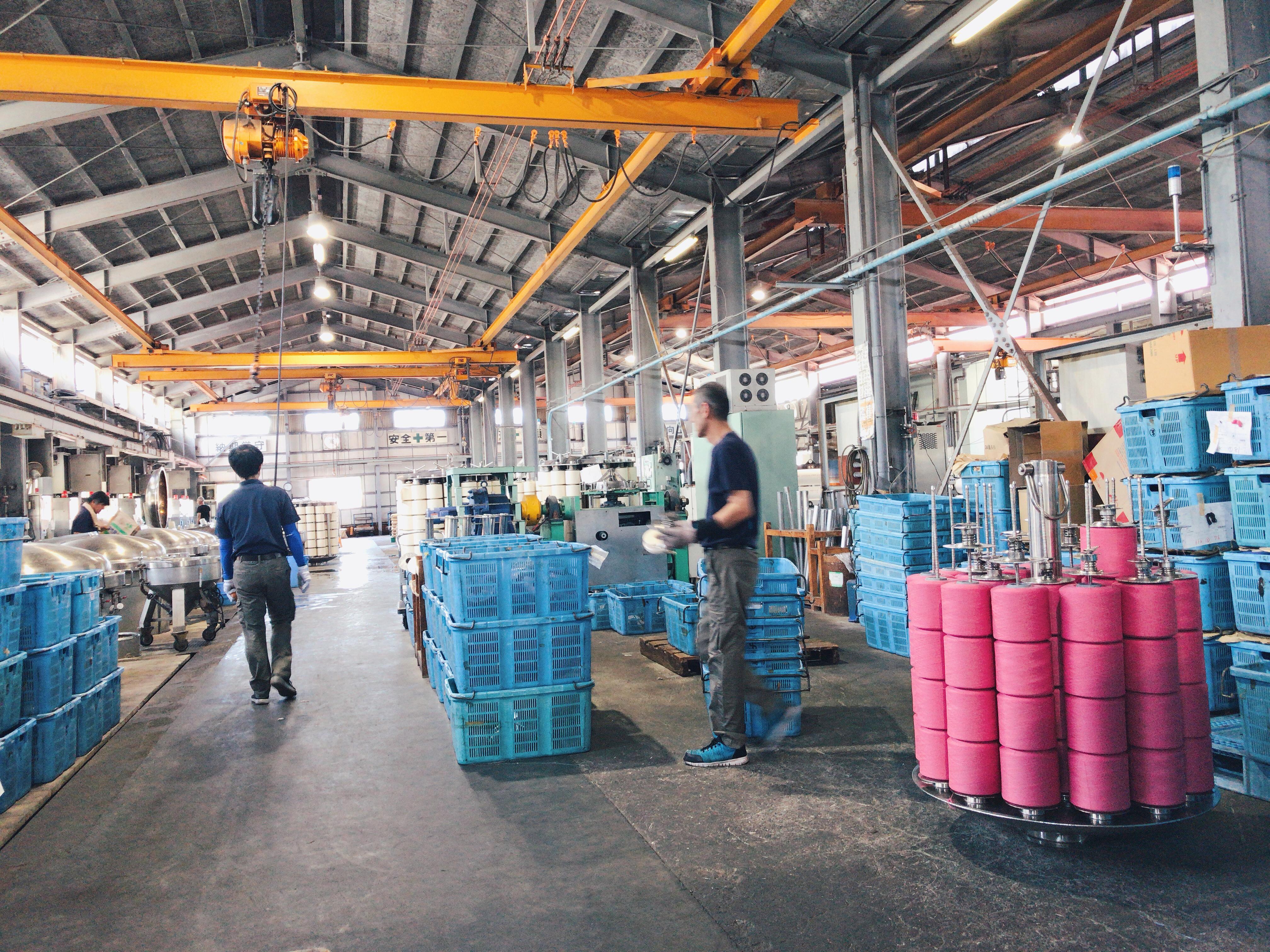 播州織製造工程の様子。先染めされた鮮やかな色の糸が映る。