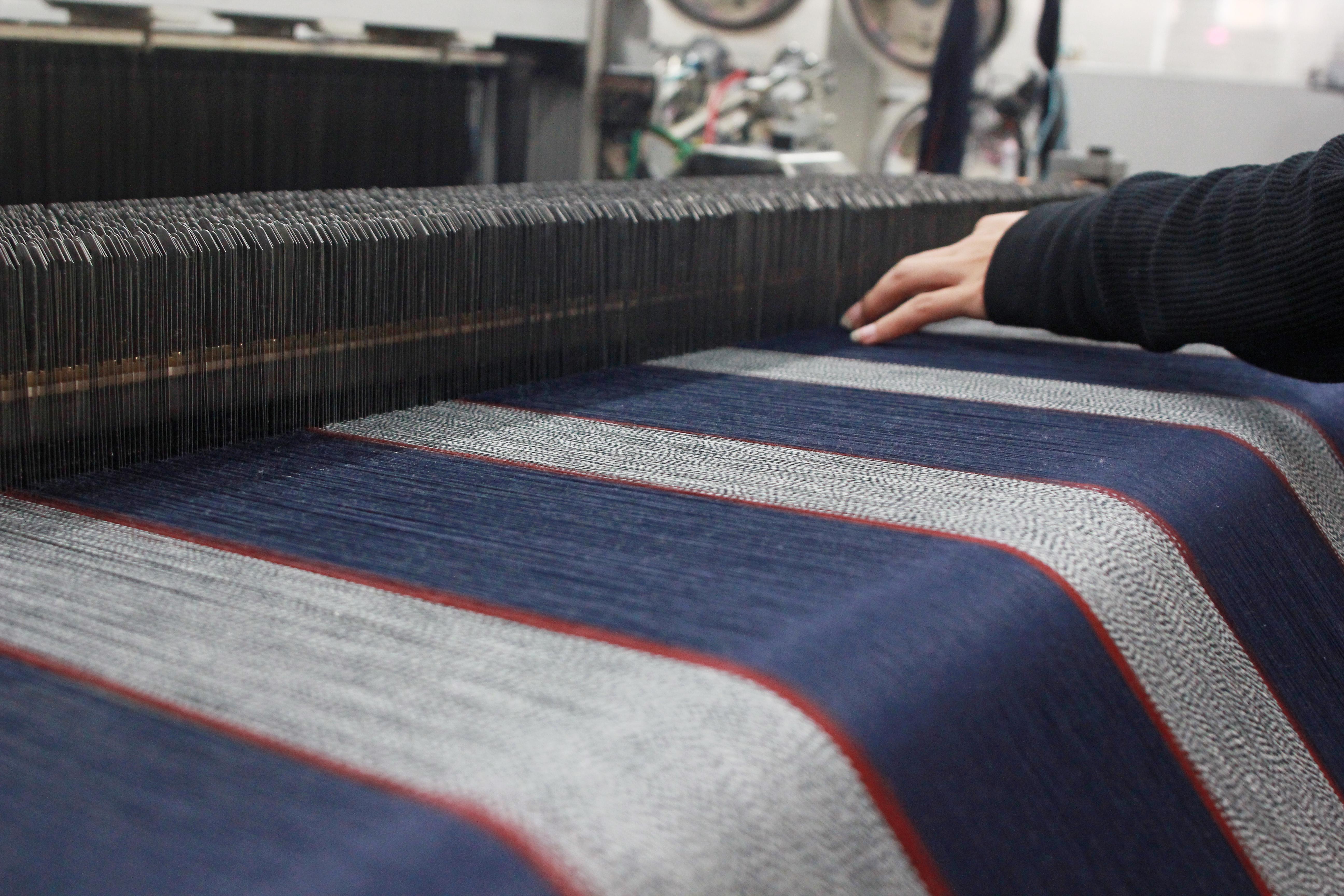 織機の細かく複雑な動きから、さまざまな柄が生まれていく。
