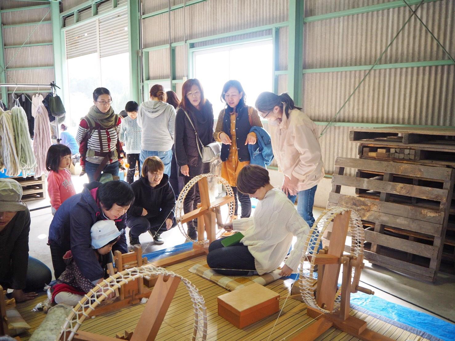 収穫フェスでは、ワークショップとして、糸繰り体験と糸車体験が行われた。