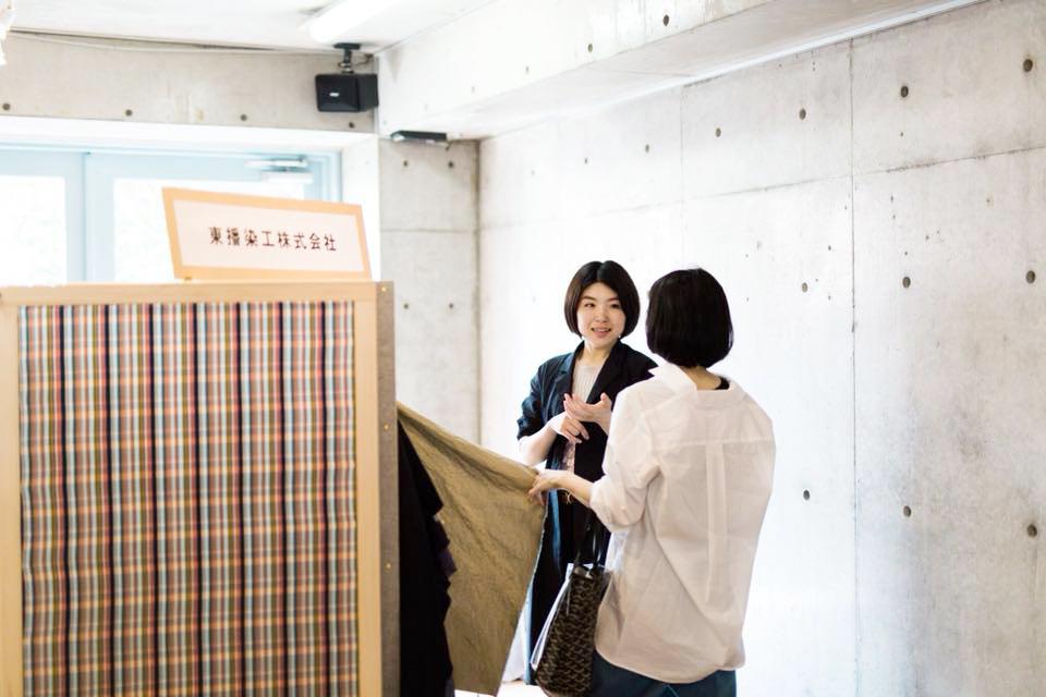 展示会で発表を行った小野さん。