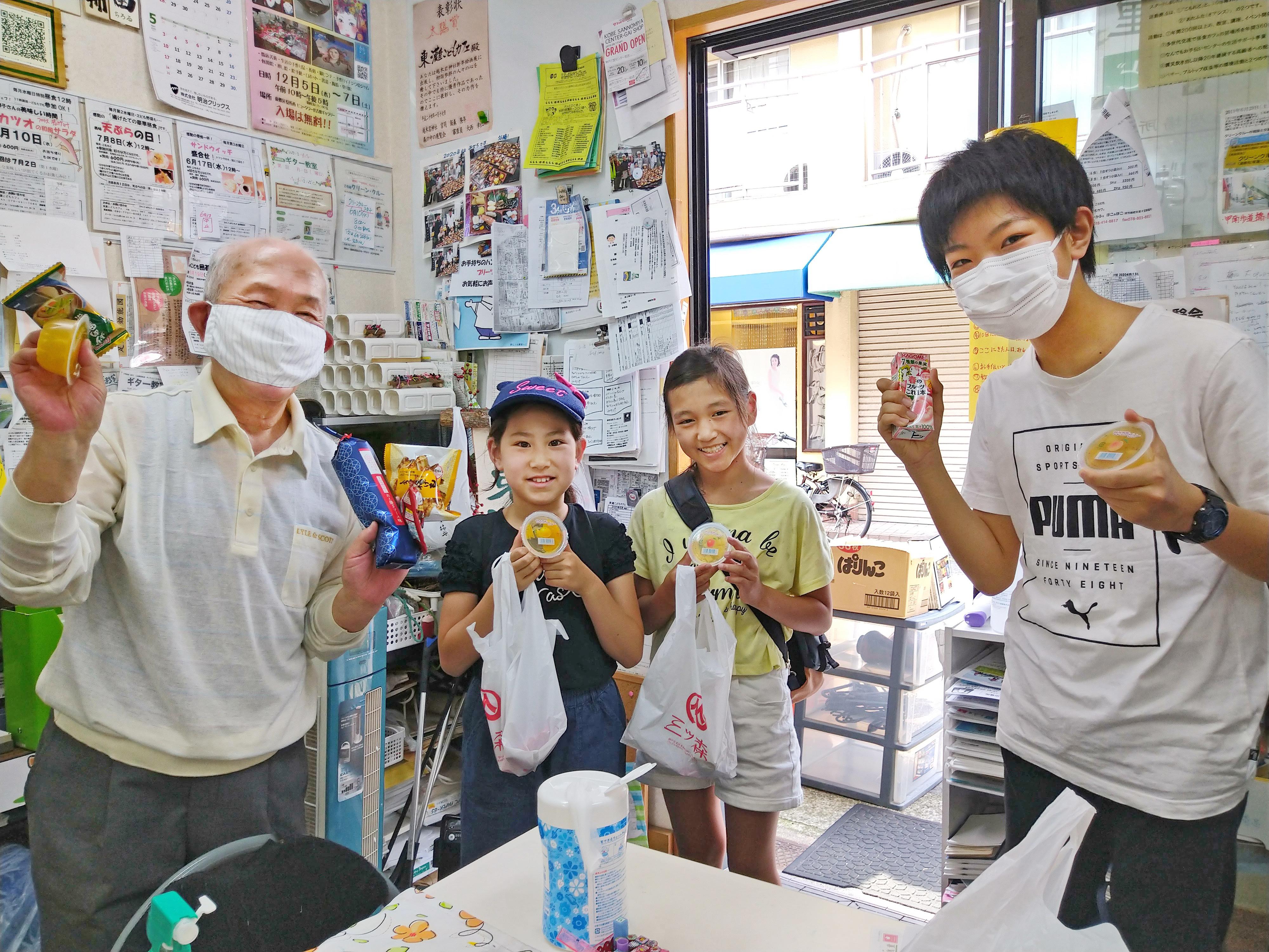 新型コロナウイルス対策として、大学ボランティア団体と連携して、休校中の子どもたちへの学習支援やお菓子の無料提供などを行っている