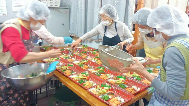 「あたふたクッキング」では、手づくり弁当の昼食を高齢者などに提供