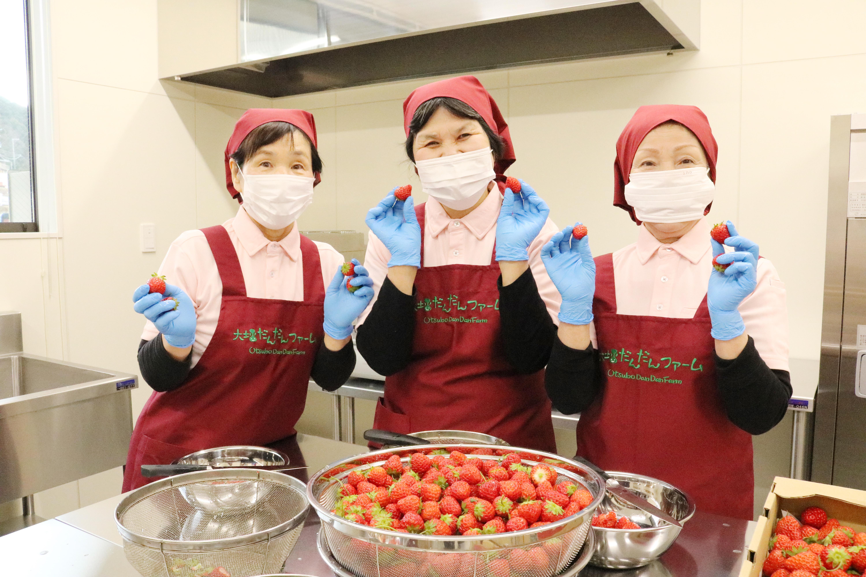 調理やお客様の対応を行うイートインスペース担当の女性スタッフ
