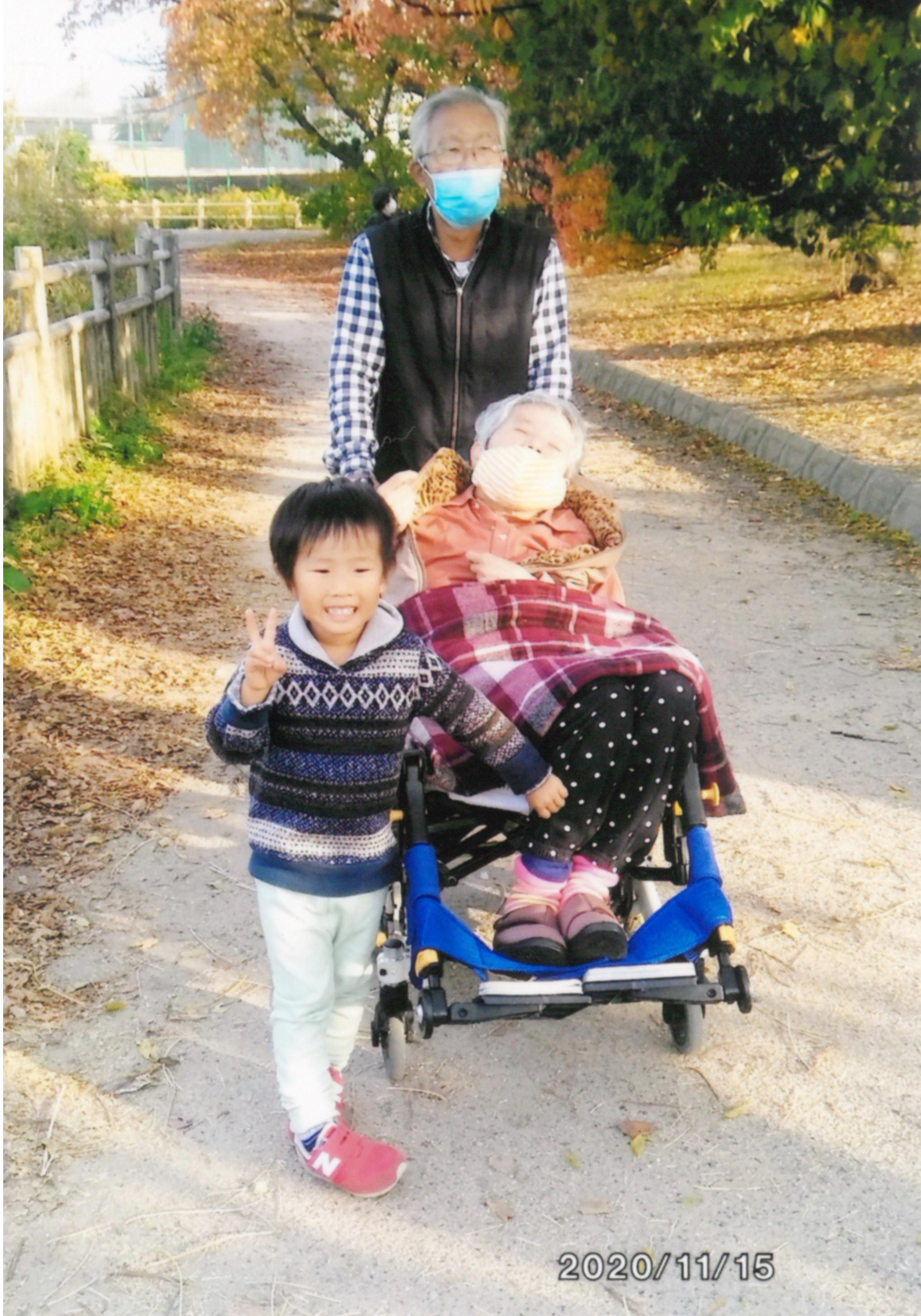 お孫さんと一緒に近所を散歩