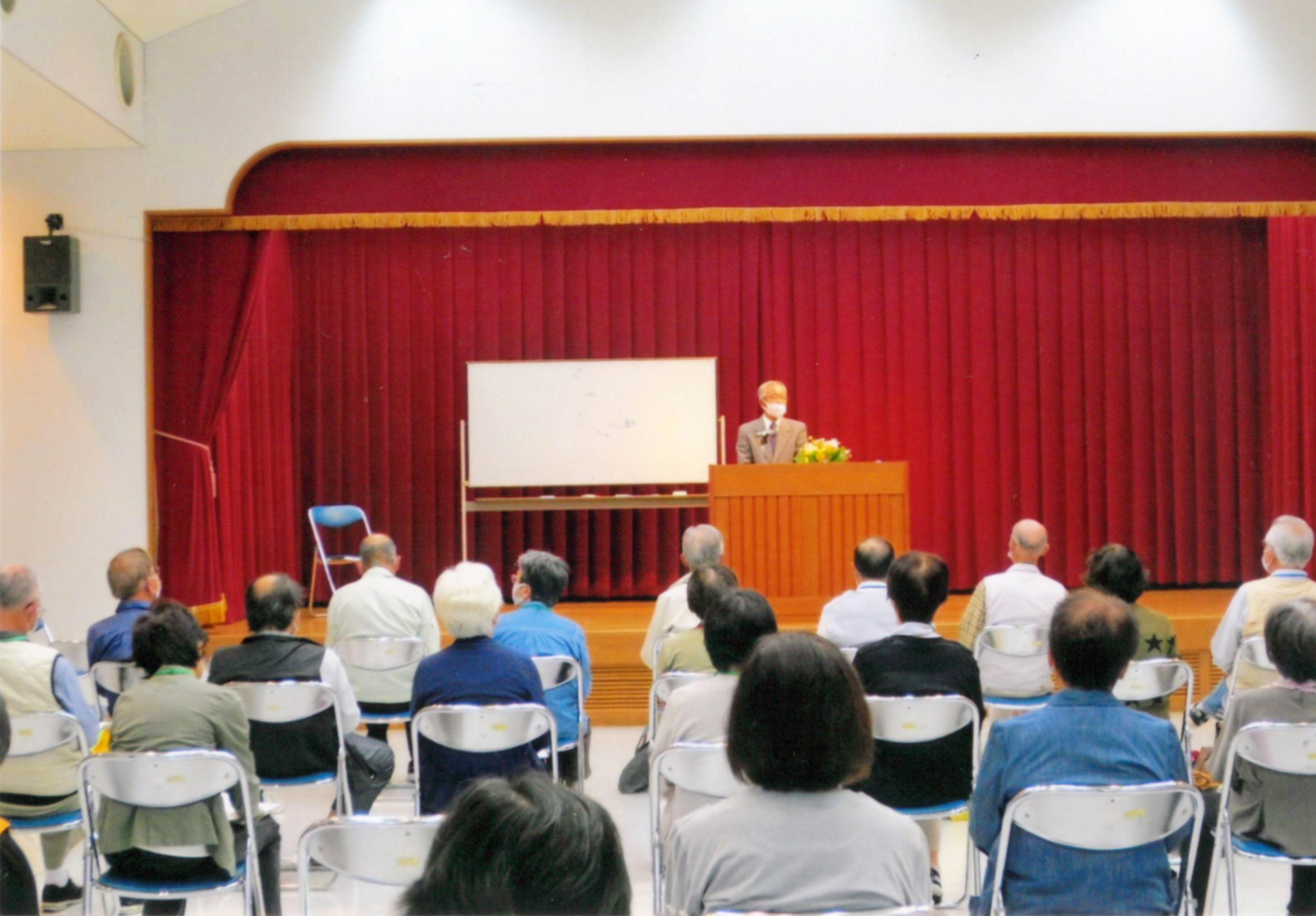 加古川市内で開講されている高齢者大学で講義を行う吉田さん