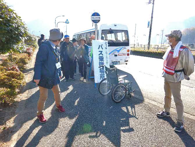 バス乗降場所に集まる住民たち、会場への送迎支援が避難訓練となった
