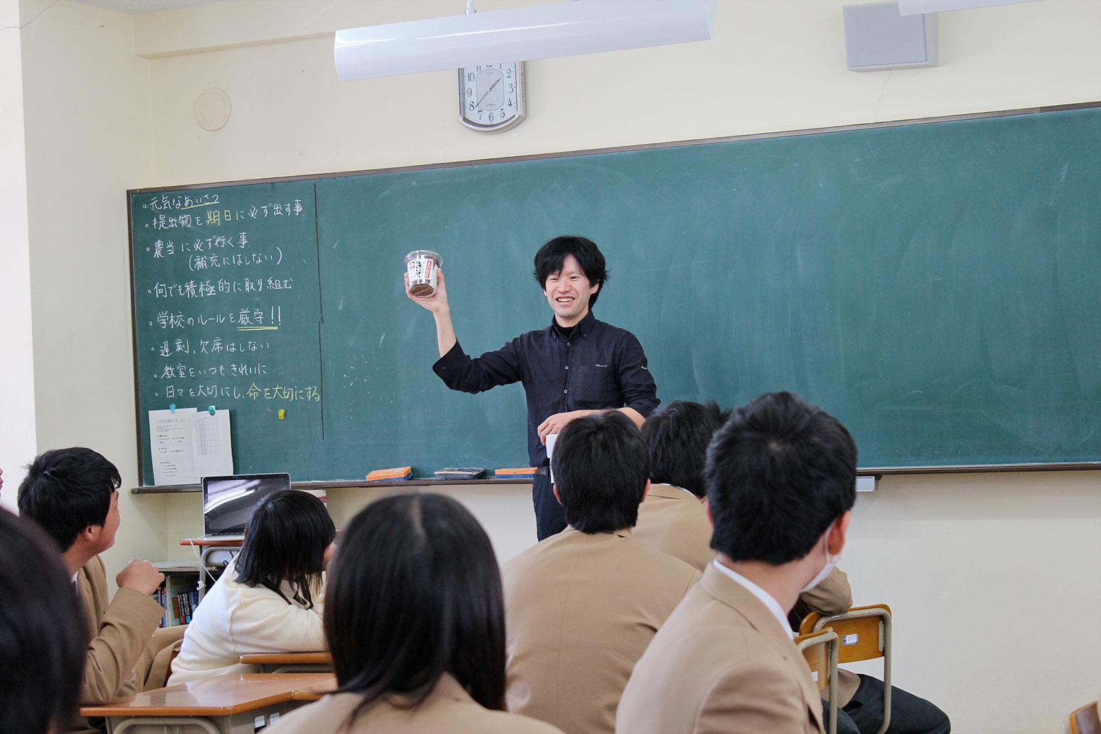 高校で授業を行う鴻谷さん