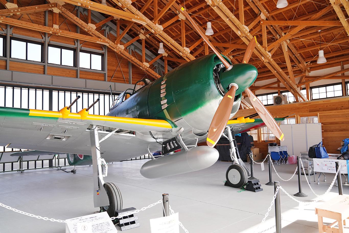 鶉野飛行場の滑走路にある備蓄倉庫に展示されている局地戦闘機「紫電改」(実物大模型)