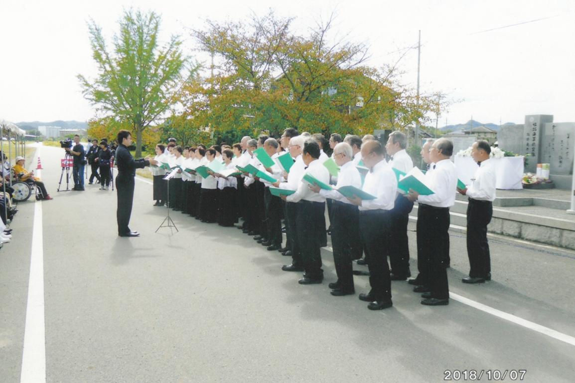 祈念式典で合唱する「いなみ野学園コーラスサークル部」