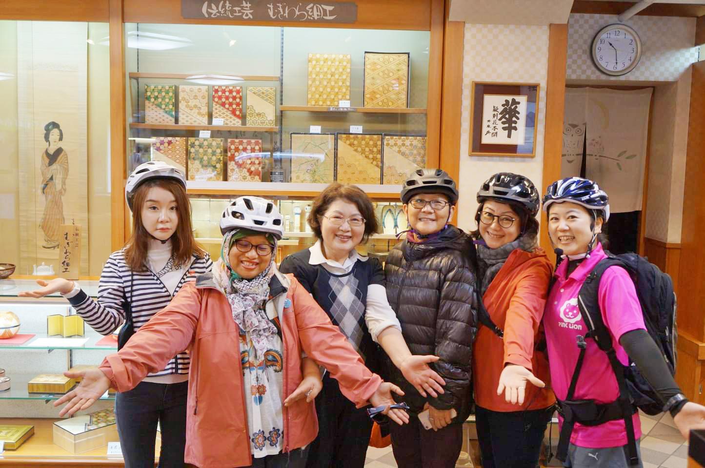 城崎ガイドツアーのお客様と地元の人たちとの交流も